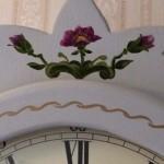 Moraklocka blommor över urverket